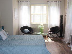Grande chambre, chambre 208, lit queen